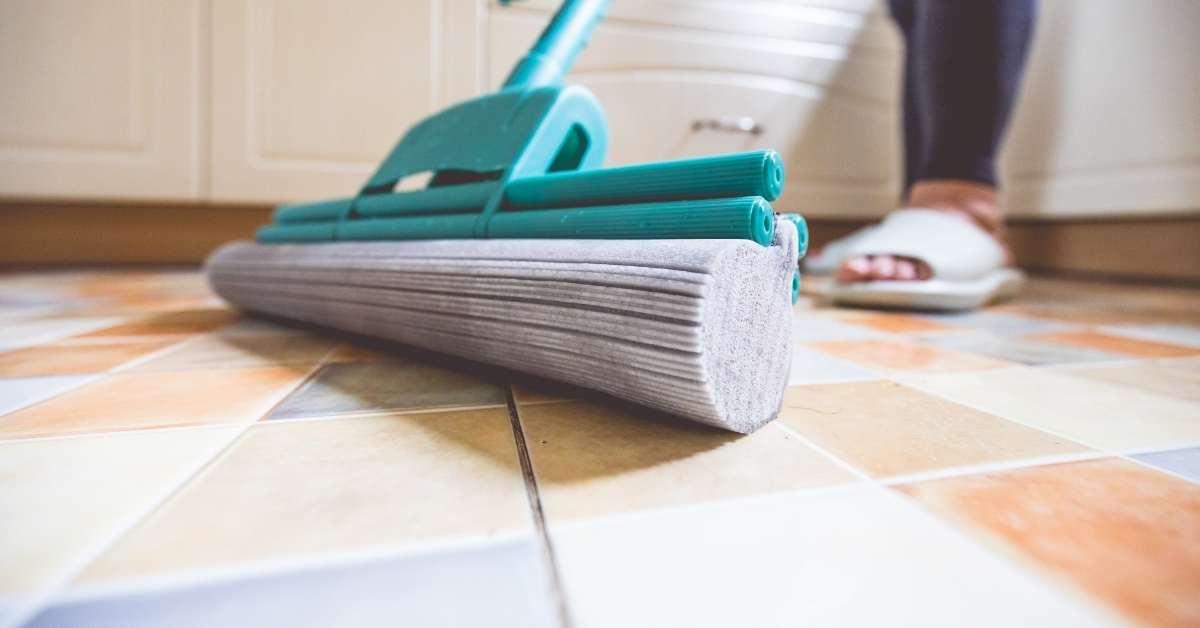 6-langkah-membersihkan-nat-lantai-pakai-am-58-am